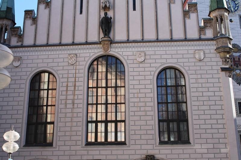 altes rathaus von vorne mit hohen fenstern im gotischen stil, © Hohe Fenster des Rathauses im gotischen Stil