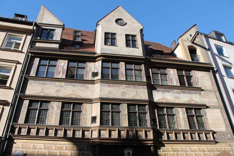 weinstadl in der burgstraße mit historischen fenstern und bemalte Außenfassade aus der Frührenaissance, © Weinstadl in der Burgstraße