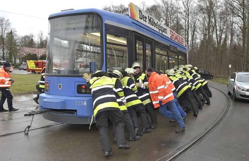 Feuerwehr schiebt entgleiste Tram zurück ins Gleisbett, © Voller Körpereinsatz der Feuerwehr. Rechte: Foto der Berufsfeuerwehr München
