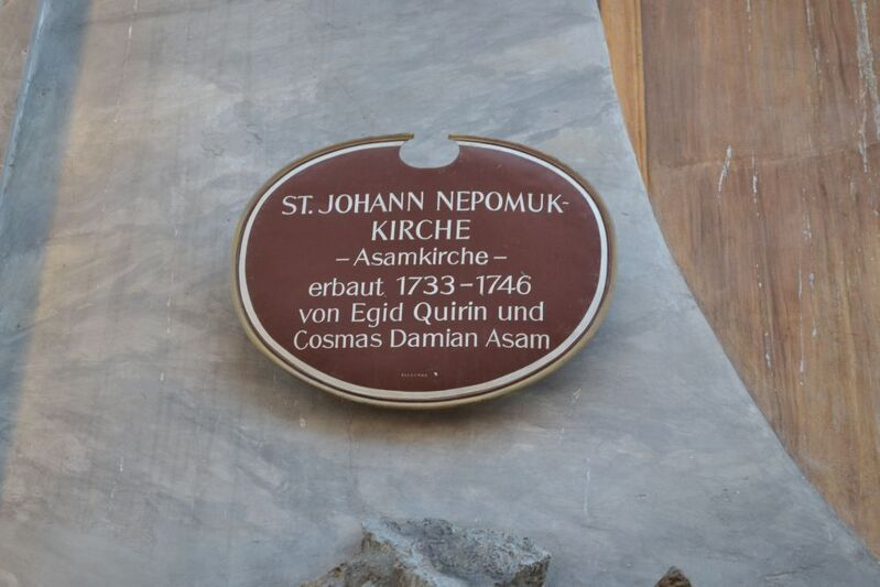 Schild mit Daten über die Bauherren Asambrüder und den Bau der Asam oder st Johann Nepomuk Kirche
