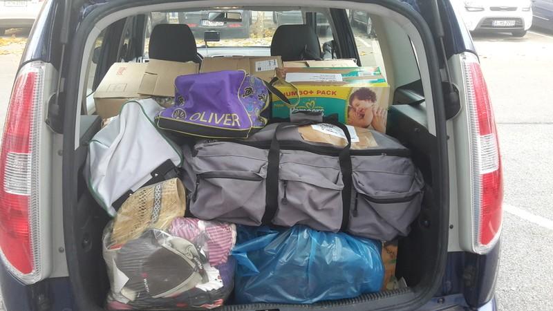 autokofferaum voll mit sachspenden, © Auto voll mit Spenden für die Flüchtlinge