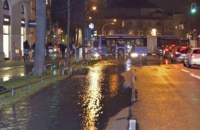 überflutete Straße mit absperrung bus fährt vorbei, © Berufsfeuerwehr München