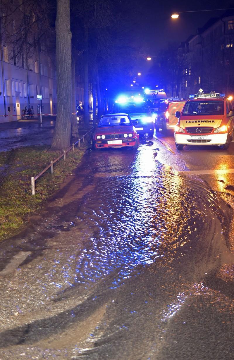 feuerwehreinsatzfahrzeug am einsatzort bei überfluteter straße, © Berufsfeuerwehr München
