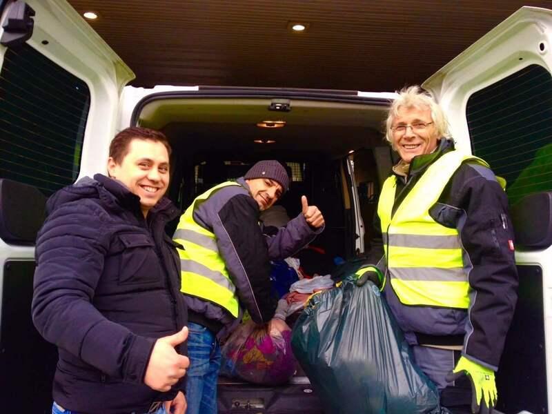 Autokofferaum voll mit säcken, helfer räumen es aus, © Übergabe der Spenden an die Diakonia Spendensammelstelle