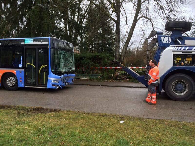 busbergung auf straße von unfall im vorgarten