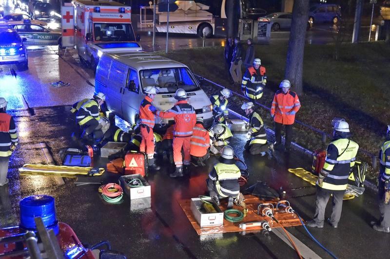 unfall maximilianstraße frau von transporter ueberrollt, © Foto der Berufsfeuerwehr München