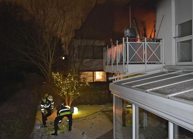 Wohnungsbrand in harlaching einsatzkräfte im garten, © Berufsfeuerwehr München