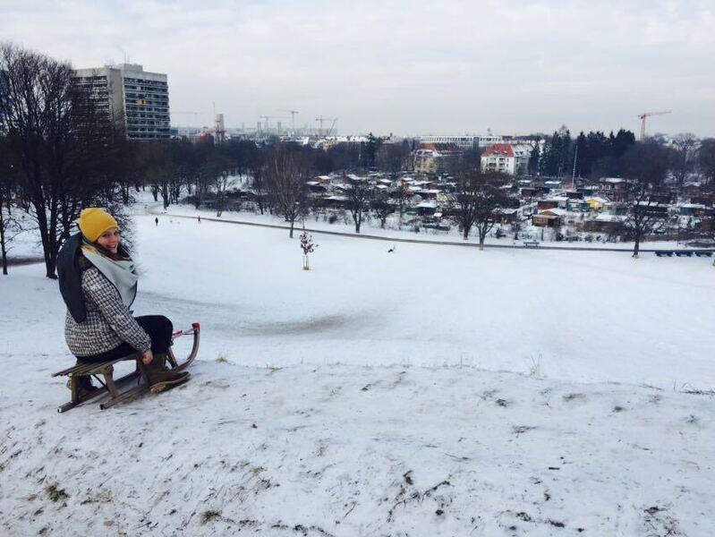 anja auf schlitten auf luitpoldüpgel in schneelandschaft, © Unsere Redakteurin testet für uns das Rodeln im Luitpoldpark