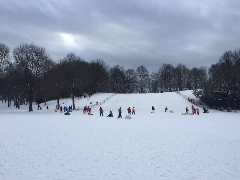 kinder vor schlittenhügel im schnee, © Schlittenhügel im Westpark