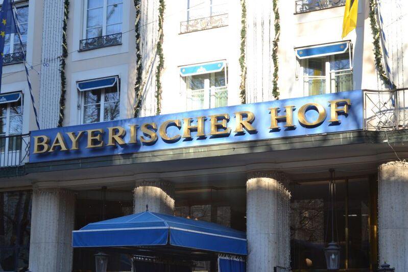 schriftzug bayerischer hof am eingang des hotels auf blauem hintergrund, © Bayerischer Hof