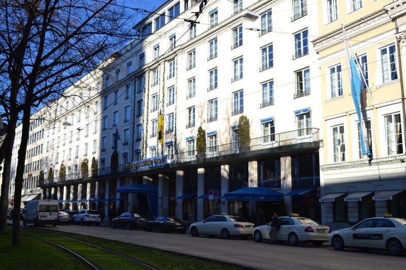 bayerischer hof seitlich mit grünstreifen vom promenadeplatz, © Bayerischer Hof