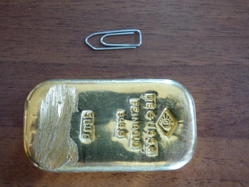 Ein Goldbaren liegt neben einer Büroklammer, © Schülerin darf gefundenen Goldbarren behalten