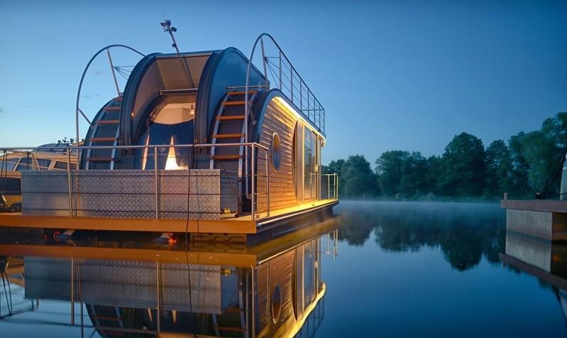 © Wohnkomfort auf wenig Fläche, aber atemberaubende Ausblicke in die Natur können die Nautilus Hausboote bieten. Auf der Messe ist eines der Boote zu bewundern. Foto: Nautilus Hausboote / GHM
