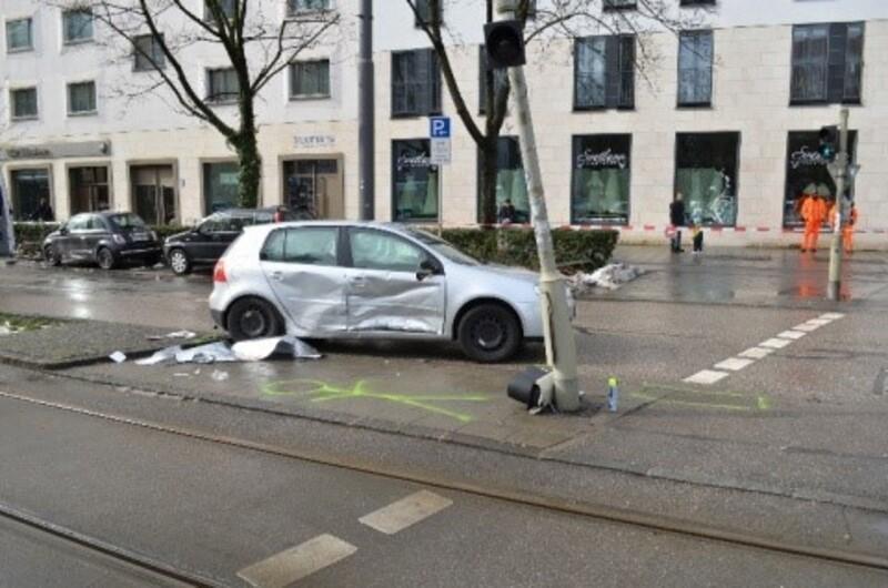 Auto rammt Ampel, © Foto: Polizei München