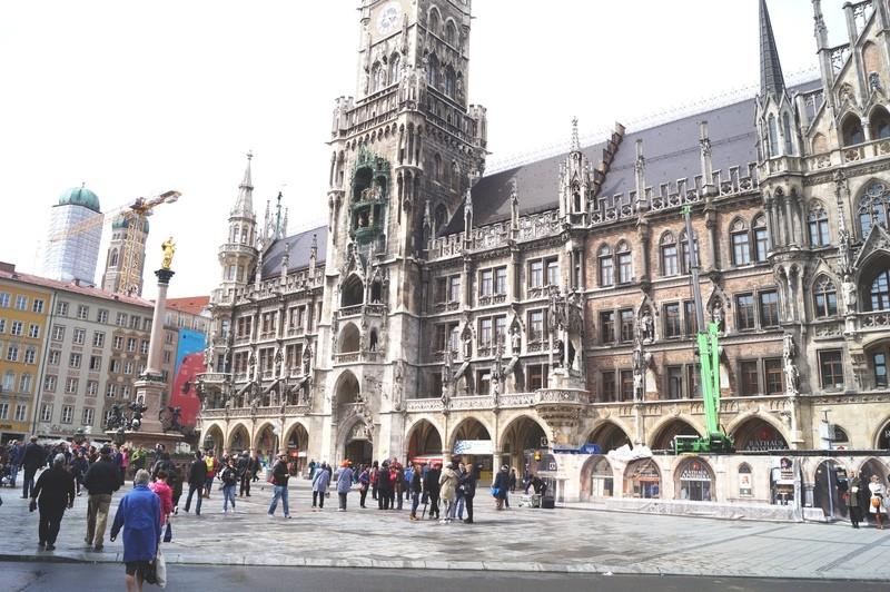 Fußgänger auf dem Marienplatz
