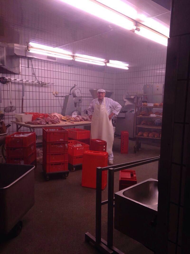 Metzger Franz Pichler von Metzgerei Wittmann in Haidhausen in Produktionsstätte mit fleisch und wurst, © Metzger Franz Pichler in Produktionsstätte