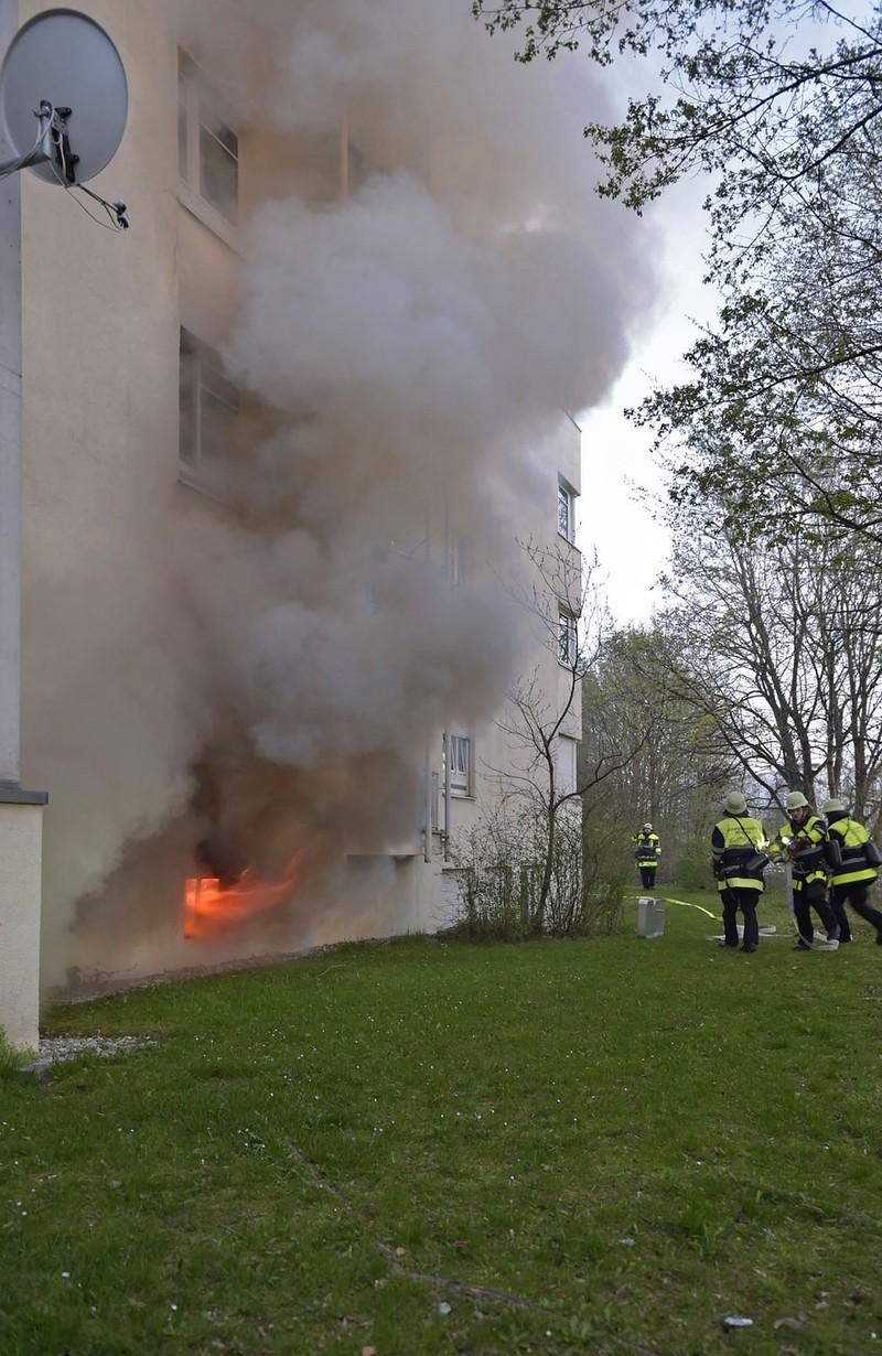 Helfer der Feuerwehr löschen einen Kellerbrand, © Brand in einem vierstöckigem Haus in Neufriedenheim