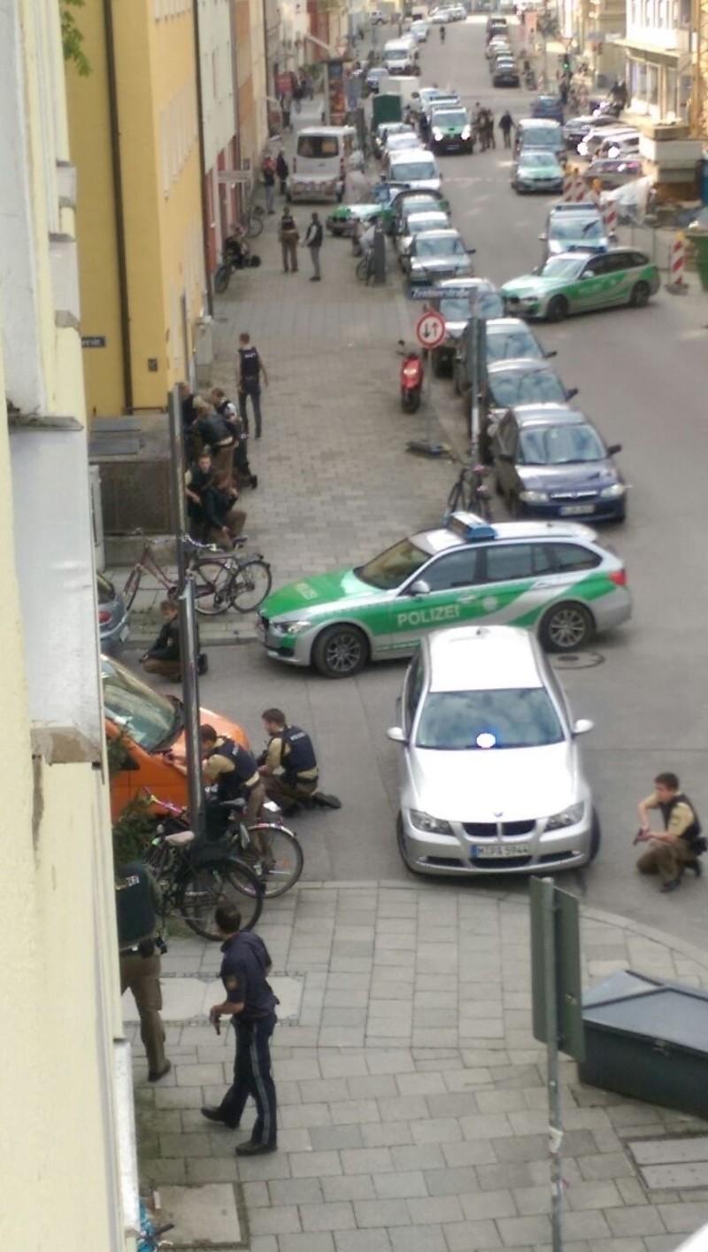 Polizeiauto an der Ecke mit bewaffneten Polizisten, © Foto: privat