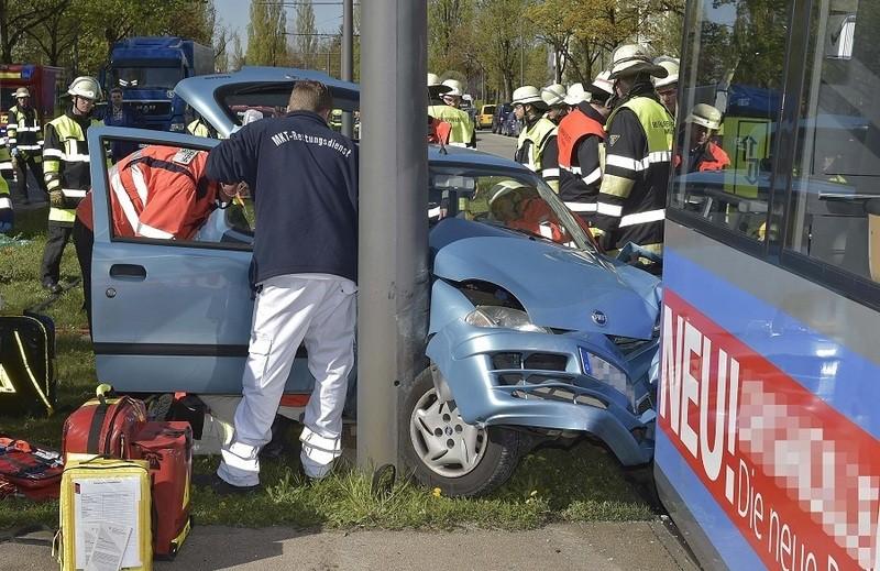 Einsatzkräfte bergen das Fahrzeug nach dem Unfall mit einer Tram, © Foto: Berufsfeuerwehr München