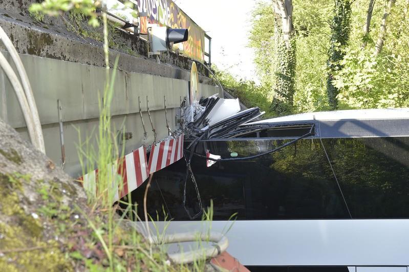 Aufgerissenes Dach des Reisebusses an Moosacher Unterführung, © Foto der Berufsfeuerwehr München