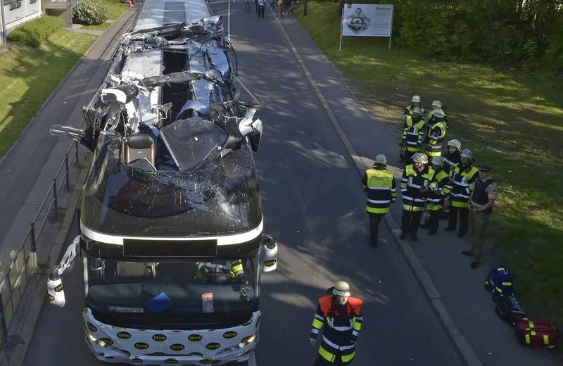 Der beschädigte Bus nach der Bergung von oben, © Foto der Berufsfeuerwehr München