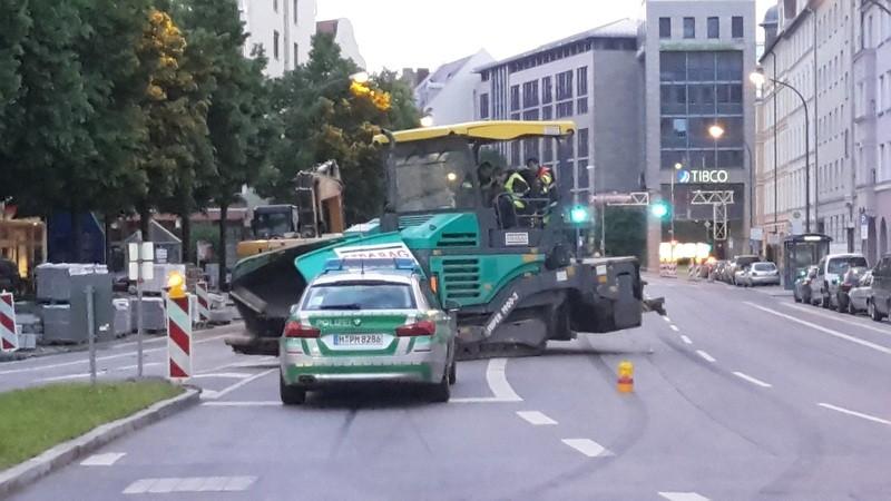 Teermaschine auf Auerfelderstraße blockiert Fahrstreifen - Polizei muss helfen, © Polizei und Feuerwehreinsatz in der Au: Teermaschine gestohlen und blockiert Fahrstreifen