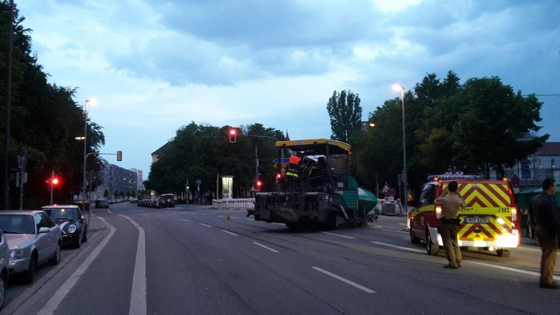 Teermaschine auf Auerfelderstraße blockiert Fahrstreifen - Polizei muss helfen, © Einsatzarbeiten der Polizei und Feuerwehr in der Aufelderstraße