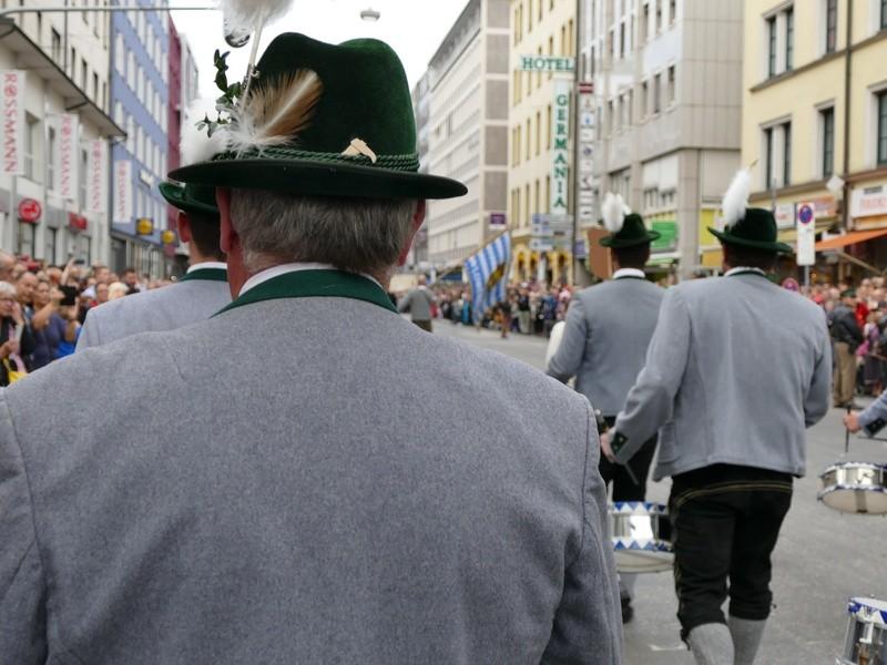 Trachtenumzug, Wiesn 2015, Trachtler von hinten, Gamsbart, Hüte, © Trachtenumzug der Wiesn 2015