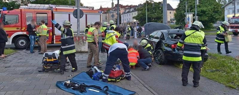 BMW kracht gegen Lichtmast, © Foto: Berufsfeuerwehr München