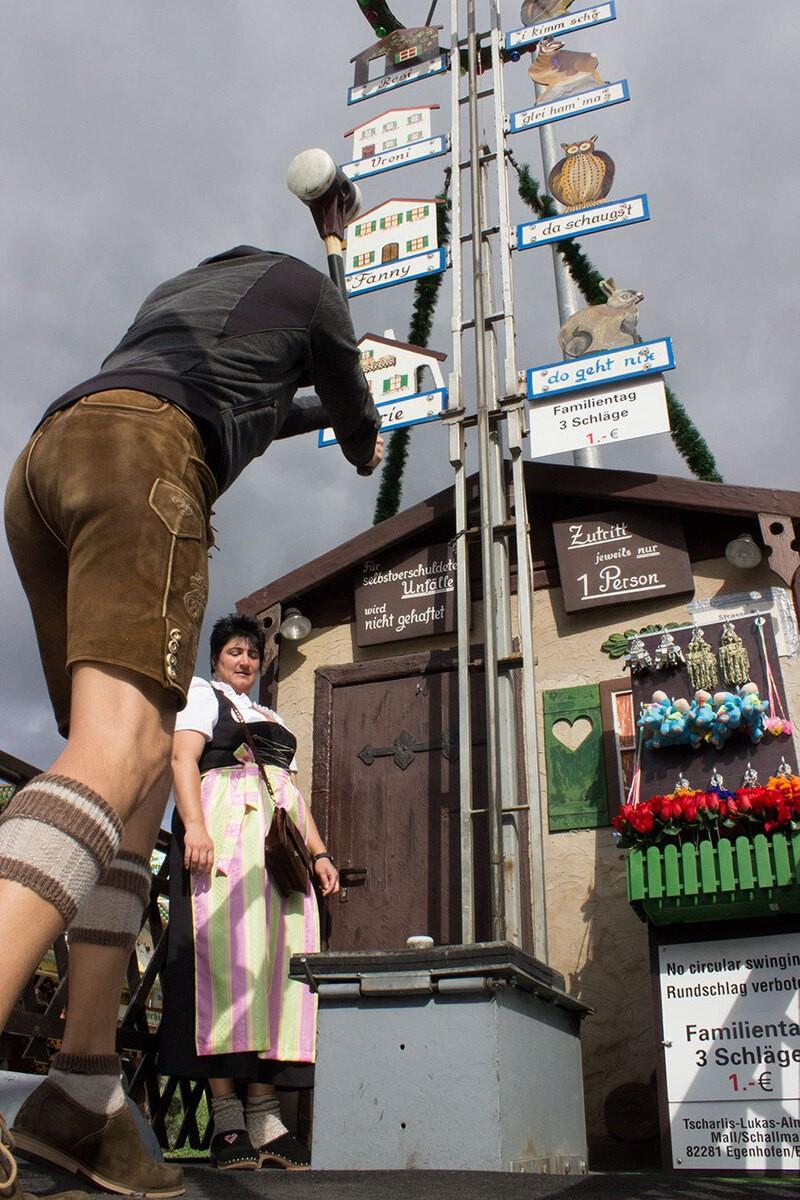 """Familientag auf dem Oktoberfest - Mann beim """"Hau den Lukas"""""""