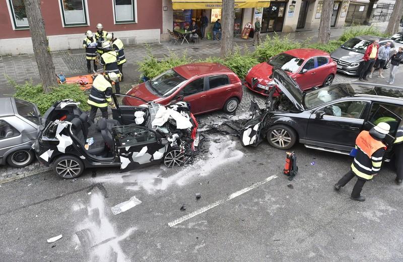 Autounfall Lindwurmstraße, Zwei Verletzte, © Foto: Berufsfeuerwehr München