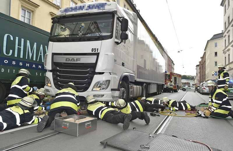 Mann unter Lkw eingeklemmt, © Foto: Berufsfeuerwehr München