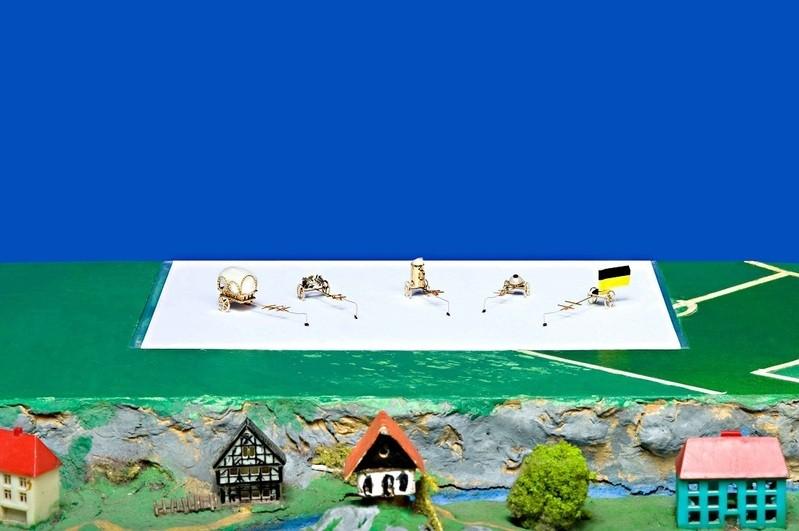 Die Akrobaten im Flohzirkus, Kutschen und Co. an Flöhen, © Foto:  Flohzirkus Birk