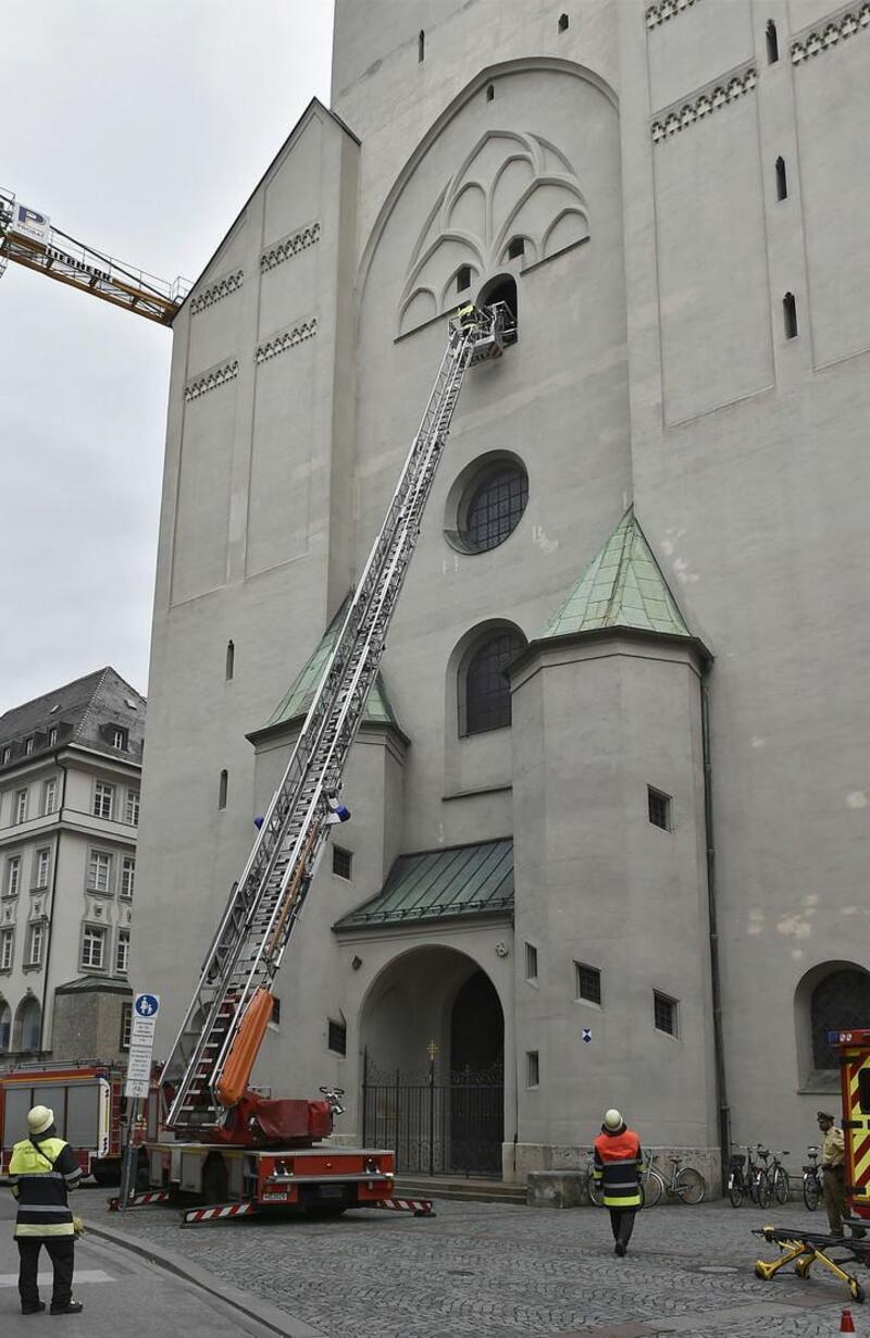 Eine Person wird mit einer Drehleiter aus dem Alten Peter geborgen, © Feuerwehr München
