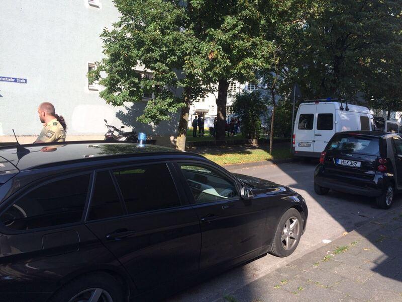 Polizisten stehen nahe am Tatort der Messeratatcke in Giesingauf der Straße