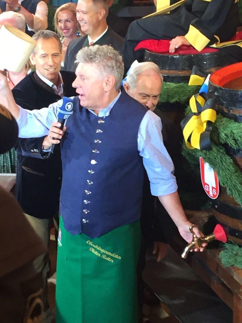 Mit zwei Schlägen hat Dieter Reiter das Münchner Oktoberfest beim Anzapfen eröffnet.