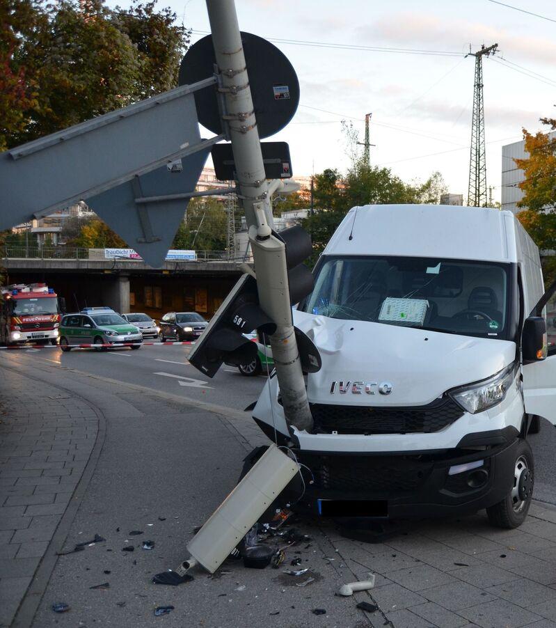 Unfall mit umgeknickter Ampel - Passant verletzt (Berg am Laim Strasse München), © Foto: Polizei