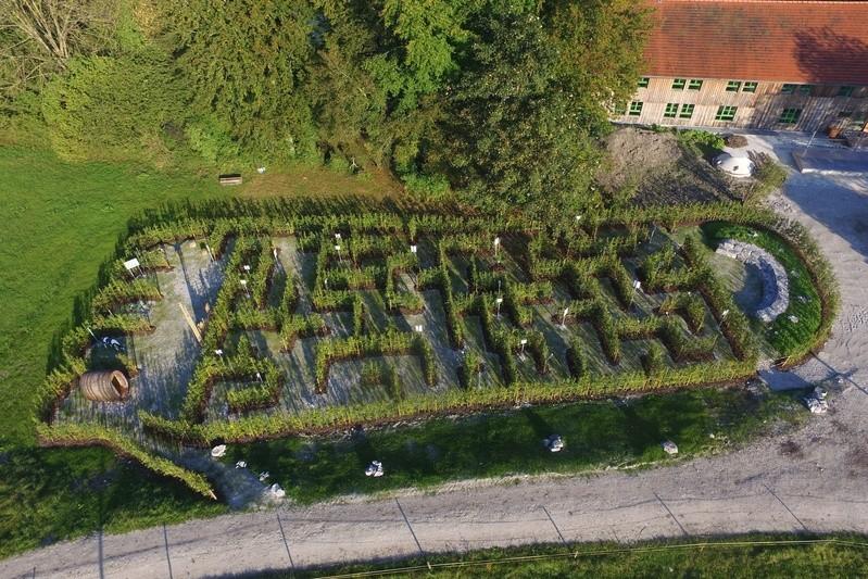 Das Labyrinth in Form eines ökologischen Fußabdrucks aus der Vogelperspektive., © Foto:  Matthäus Krinner