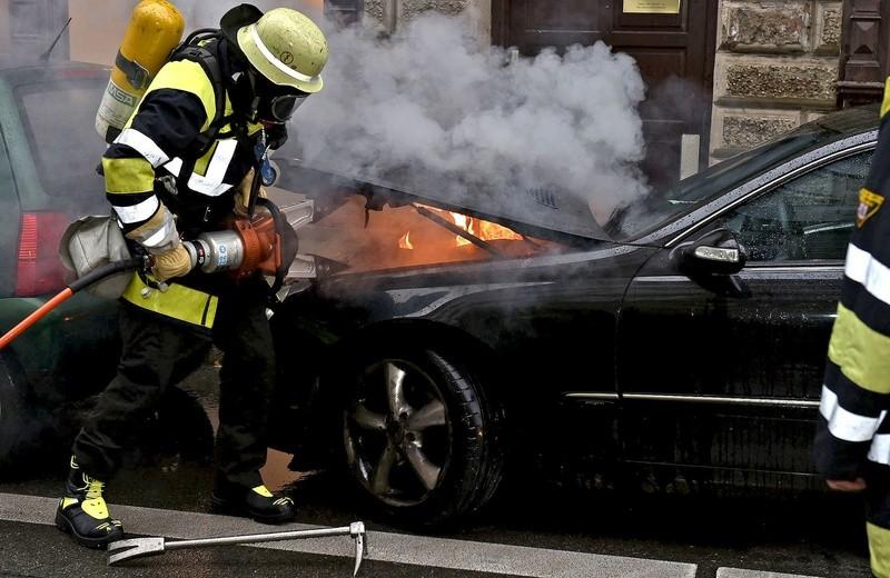 Die Feuerwehr öffnet die Motorhaube mit einem hydraulischen Spreizer., © Foto: Berufsfeuerwehr München