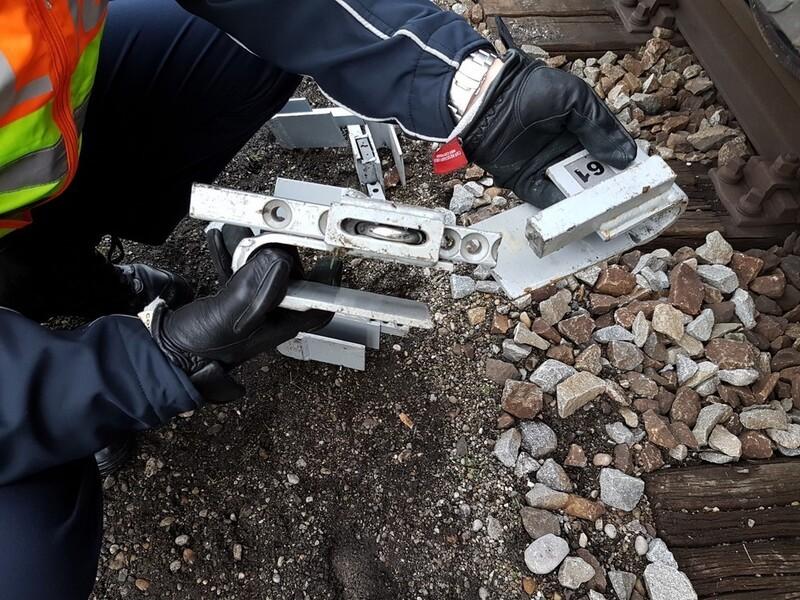 Die Bundespolizei und die Feuerwehr öffneten den verschlossenen Container um fünf Migranten zu befreien., © Foto: Bundespolizei