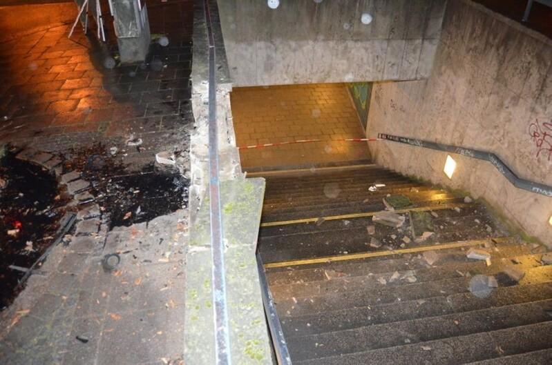 Die Betonblöcke fielen hinab in den Treppenaufgang., © Foto: Polizei