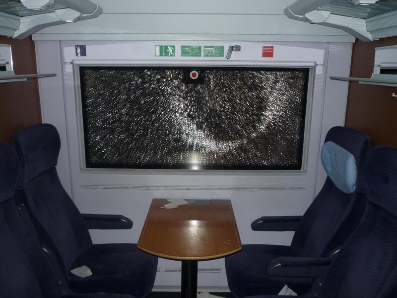 eine eingeschlagene Fensterscheibe in einem ICE, © Bundespolizei