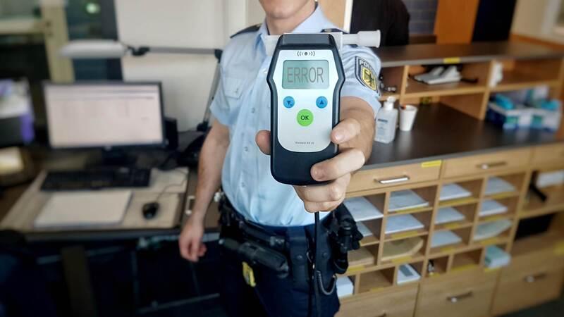 Ein betrunkener Straftäter konnte mit über 5 Promille Atemalkohol verhaftet werden., © Symbolbild und Montage der Bundespolizei