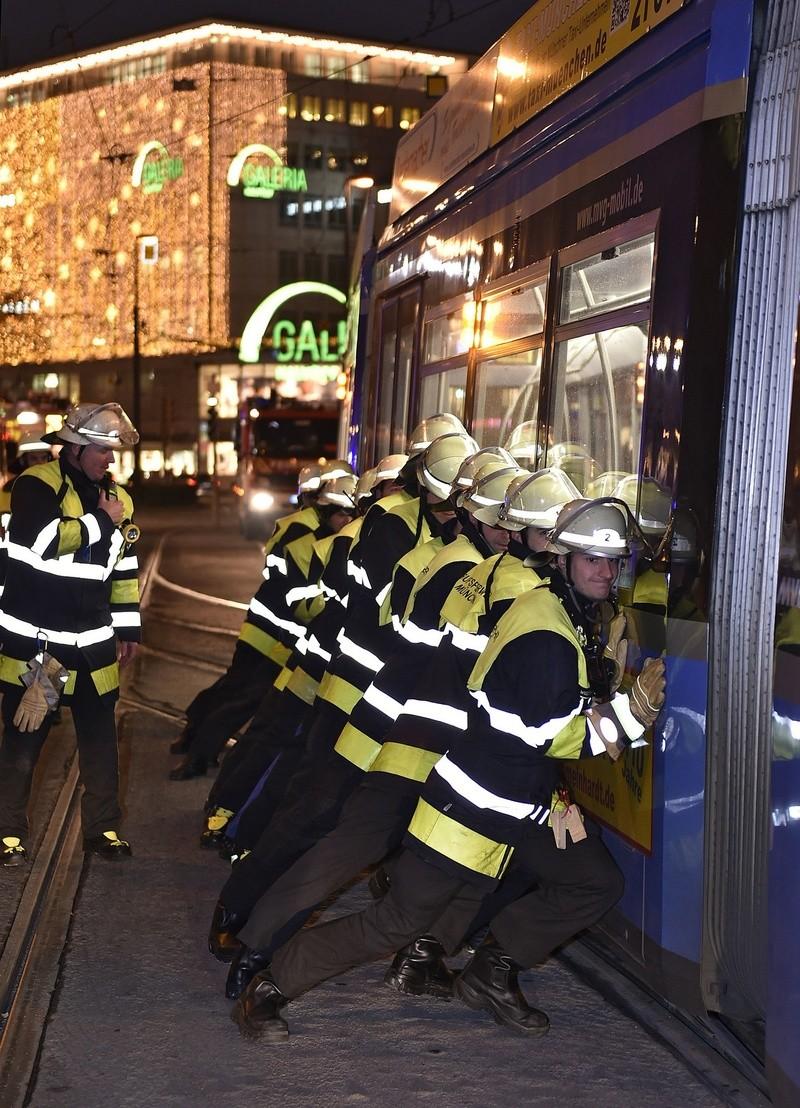 Die entgleiste Tram musste von der Feuerwehr mit Muskelkraft in die Gleise gedrückt werden., © Foto: Berufsfeuerwehr München