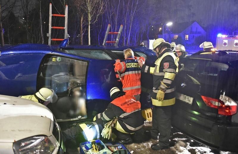 Der VW Golf des Rentners kippte bei dem Unfall auf die Seite., © Foto: Berufsfeuerwehr München