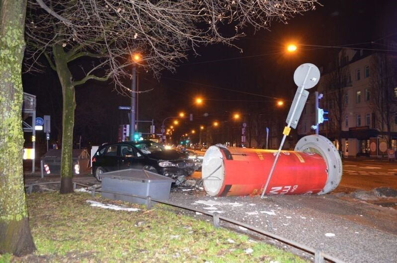 Unfall, Litfaßsäule, Polizei, Mietwagen, © Flüchtiger Autofahrer gefasst