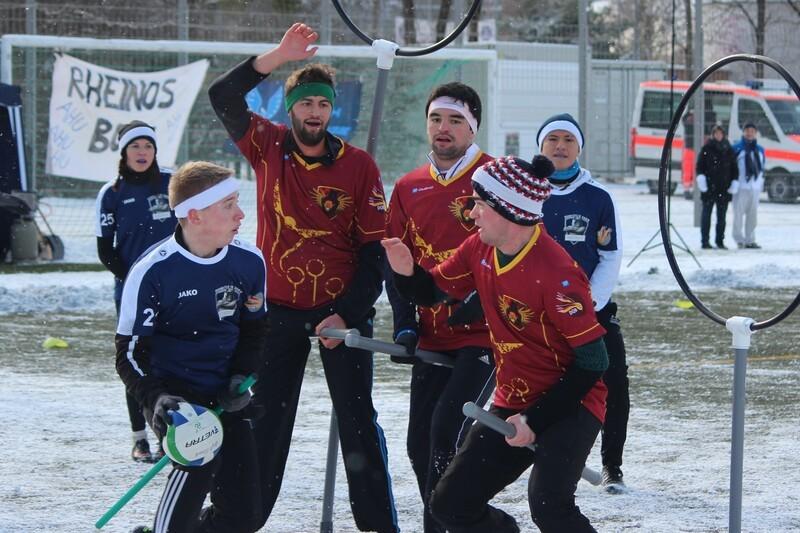 Quidditchspieler auf Feld beim Spiel in München, © Deutscher Quidditchbund/ Nick van Klaveren