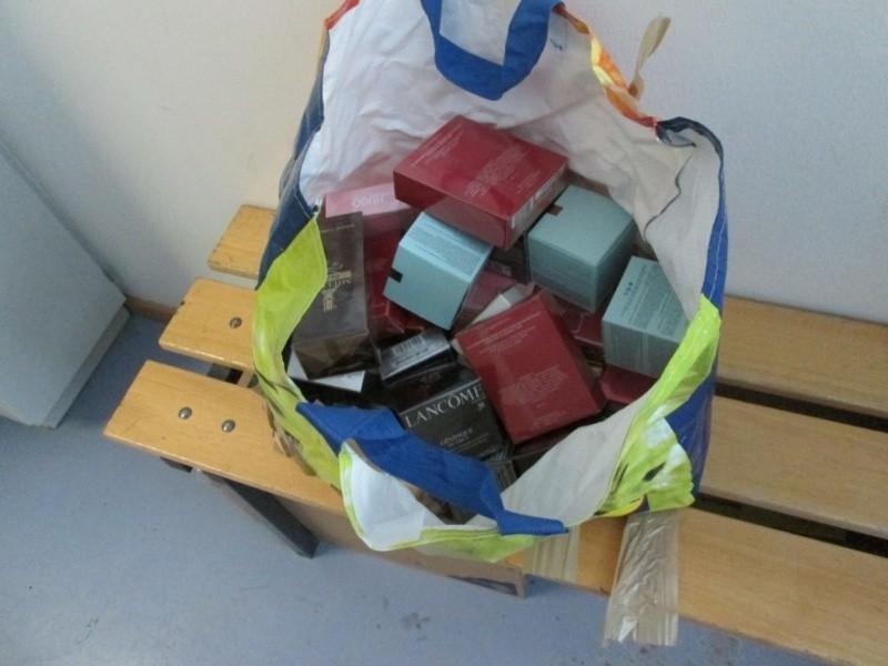 Schmugglerare Kosmetika und Parfüm verpackt in Tasche, © Polizei München