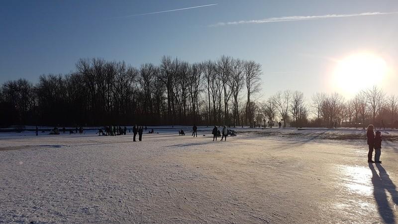 Am Wochenende hat es zahlreiche Spaziergänger auf die Seen gelockt - dabei sind einige im Eis eingebrochen., © Warnung: Keine Eisflächen betreten!
