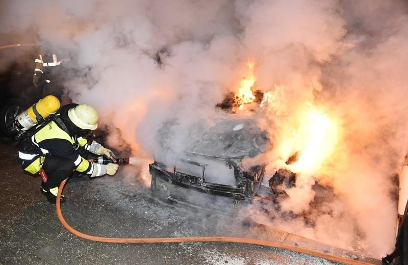 Ein brennendes Auto in der Innenstadt., © Foto: Berufsfeuerwehr München